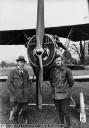 Chefkonstrukteur Andreas Haefeli (links) und Pilot Progin (rechts) vor Flugzeug Häfeli DH-5